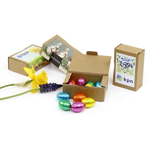 bruin kraft doosje met eigen ontwerp label en paaseitjes