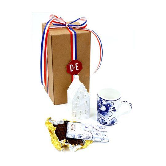 Koffiebeker delfts blauw met waxine-lichtje als grachtenpandje en luxe reep chocolade.