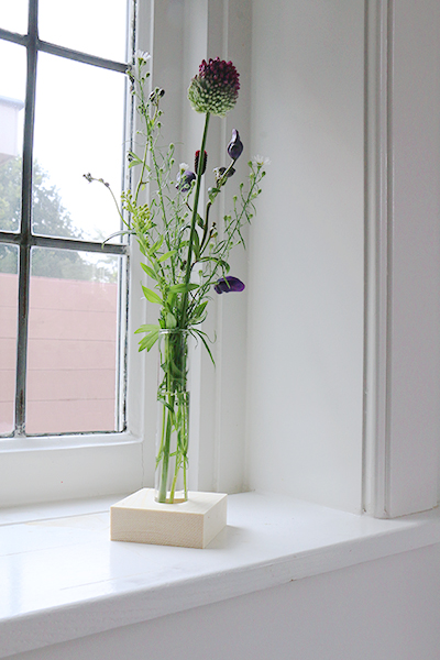 bloemenvaasje met bloemen